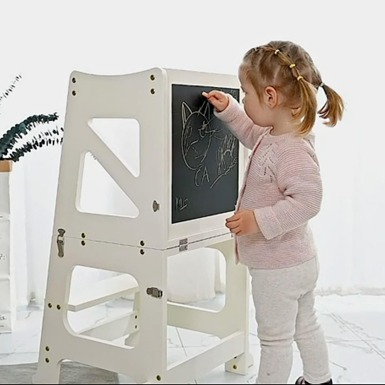 Enfant qui monte sur la tour d'observation et d'apprentissage Montessori pliable.